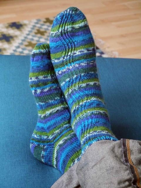chaussettes bleues et vertes en tricot