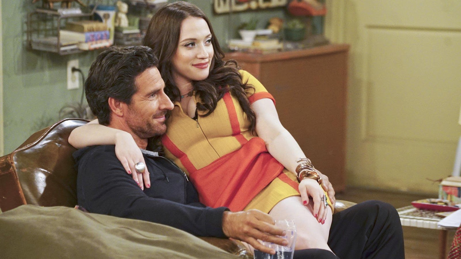 Max y Randy en un episodio de 2 Broke Girls