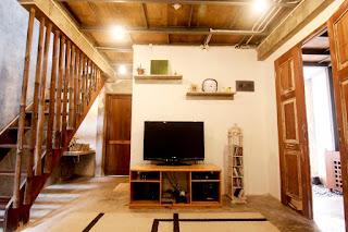 Desain-ruang-keluarga-dari-kayu-berkonsep-lesehan-gaya-vintage