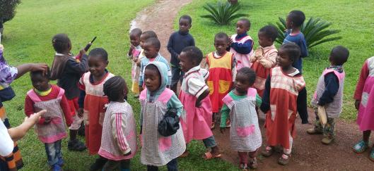 Παιδιά σε αγροτικό σχολείο του Καμερούν (2018 CC BY-SA 4.0 Luis Falcon)