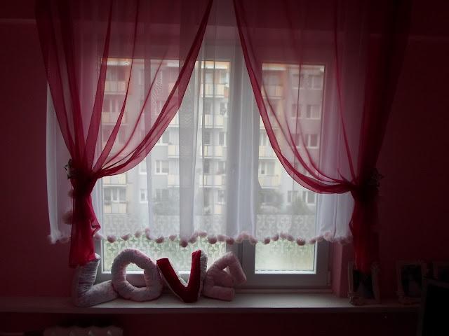 Różowa dekoracja okna