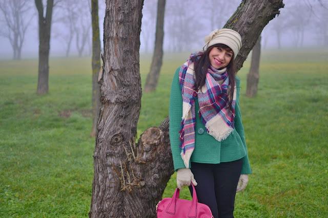 KDE NAKUPOVAŤ TIE SPRÁVNE ŠÁLY_Katharine-fashion is beautiful_Veľký vzorovaný šál_Zelený kabát_Ružová kabelka JEJ_Katarína Jakubčová_Fashion blogger