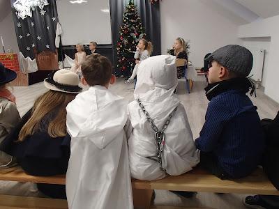 Opowieść wigilijna, spotkanie świąteczne w szkole