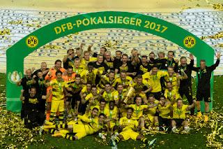 FÚTBOL - Aubameyang protagoniza la final de la Copa de Alemania que al fin se la llevó el Borussia Dortmund, 5 años después
