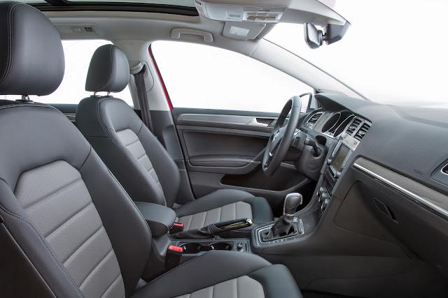 Interior view of 2017 Volkswagen Golf Alltrack TSI SEL