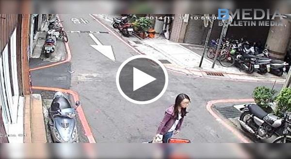 CCTV Rakam Kejadian Ini Secara Tidak Sengaja.. Buat Saya Tengok Sampai 3 Kali!! Dompet Org Jatuh, Dia Ambil Duit Dan Masuk Pocket Sendiri!!!