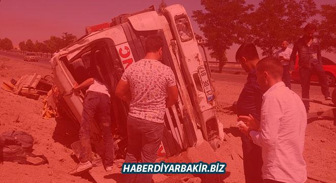Diyarbakır-Mardin yolunda lastiği patlayan vinç devrildi