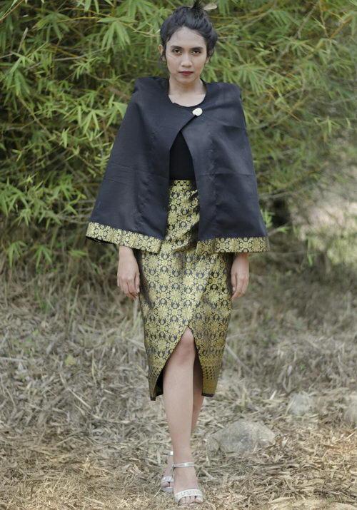 www.Tinuku.com Kukaind studio presenting Poncho Kerinci works integrate woven ethnic style Palembang Songket