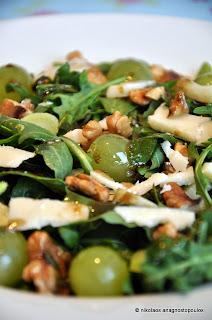 Υπέροχη σαλάτα με ρόκα, φινόκιο και σταφύλια