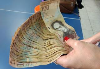 Catador brasileiro acha dinheiro venezuelano no lixo, mas não consegue trocá-lo para realizar 2 desejos