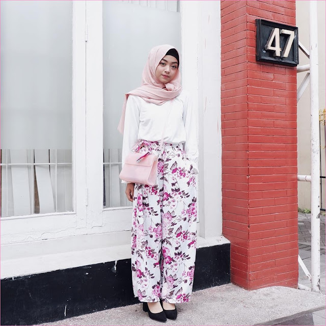 Outfit Celana Cullotes Untuk Hijabers Ala Selebgram 2018 slingbags hijab pashmina diamond pink top blouse putih high heels loafers and slip ons ciput rajut hitam pants cullotes pallazo stripe ungu ootd trendy