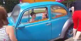 Piscina para niños construida en un viejo Volkswagen