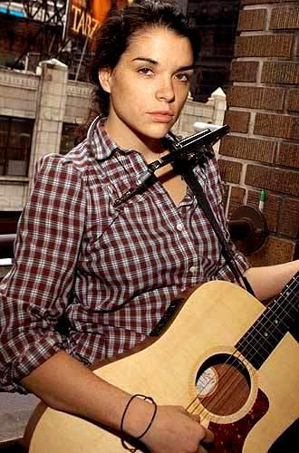 Foto de Leona Naess con su guitarra