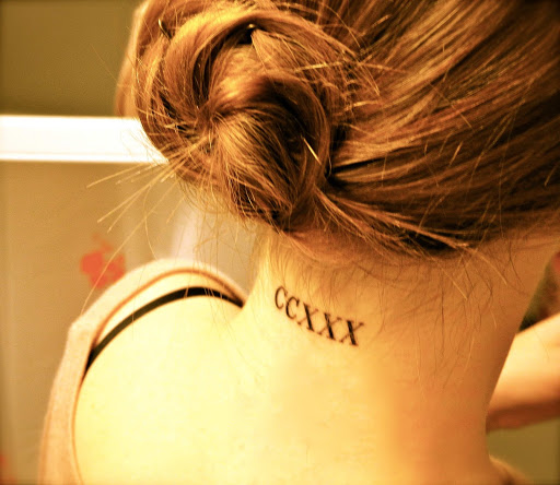 Texto romano tatuagem no pescoço