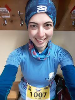 Coureuse souriante, dossard, demi-marathon des Glaces
