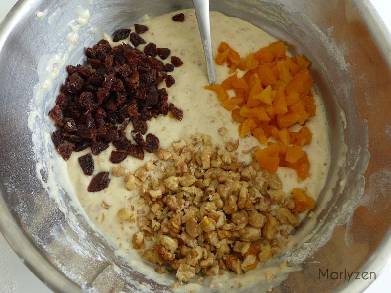 Ajoutez les noix, les abricots et les raisins secs.