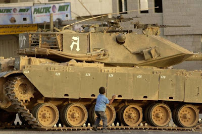 anak palestina melawan tank yahudi