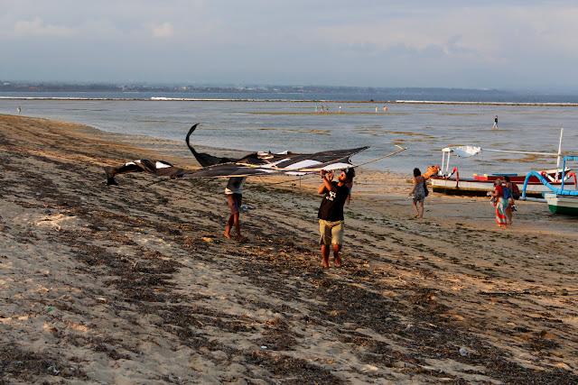 Unos niños haciendo volar una cometa en Sanur Beach (Bali)