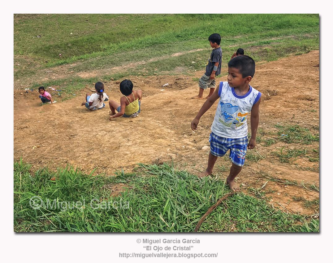 Santa María de Ojeal. Niños jugando a orillas del Amazonas.