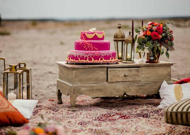 Fuksjowy tort ślubny.
