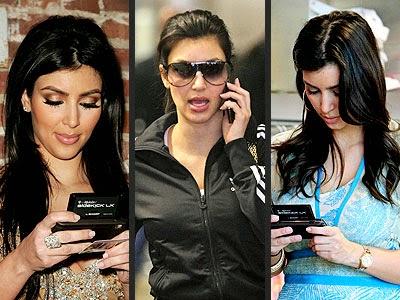 """La famosa es fiel a los dispositivos de la marca, que sigue perdiendo terreno ante Apple y Samsung; la firma podría abandonar el negocio de los dispositivos para enfocarse en la venta de 'software'. Kim Kardashian West simplemente no se harta de BlackBerry. El aparato es su """"corazón y alma"""". Incluso guarda uno extra en caso de que uno se quiebre o que la compañía se extinga. """"Amo BlackBerry y cada vez que lo digo la gente me mira horrorizada de que tenga una BlackBerry y no entiendo la reacción"""", dijo ayer lunes en una conferencia de tecnología en California."""