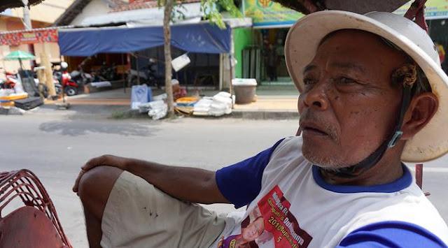 Kakek Ini Menarik Becak Selama 44 Tahun Demi Naik Haji, Pernah Ditabrak Mobil Hingga Sekarat