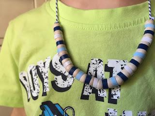 collana con cannucce di plastica