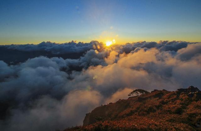 Momen matahari terbit dilihat dari atas gunung Bulusaraung