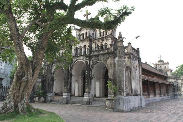 Bewildered Phat Diem Cathedral's architecture 7
