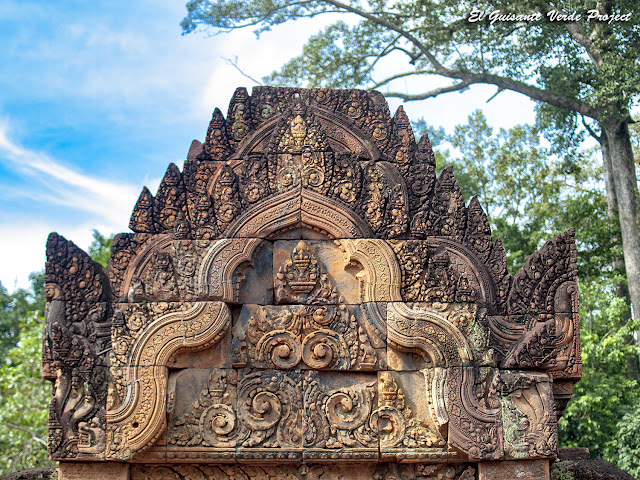 Banteay Srei, edificio largo norte, detalle - Angkor, Camboya por El Guisante Verde Project
