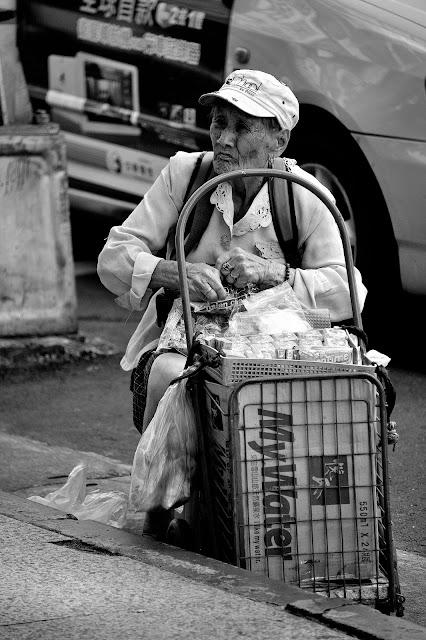 上週在捷運台北車站時遇見的老婆婆,看她一直不停整裡菜籃上的商品,好不忙碌,但北車捷運出口雖然人來人往,卻沒有人停下腳步來未她停留。