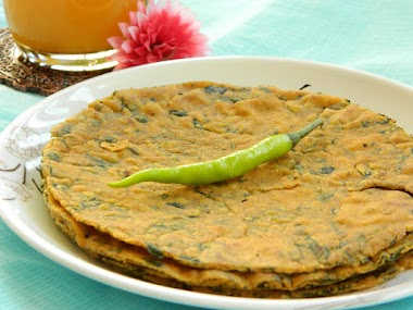 Food Adventures in Chandni Chowk with Paratha, Lassi and Halwa