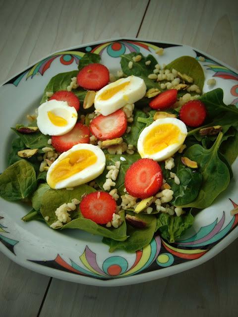 Sałatka ze szpinakiem, jajkiem, kaszą, truskawkami i pistacjami