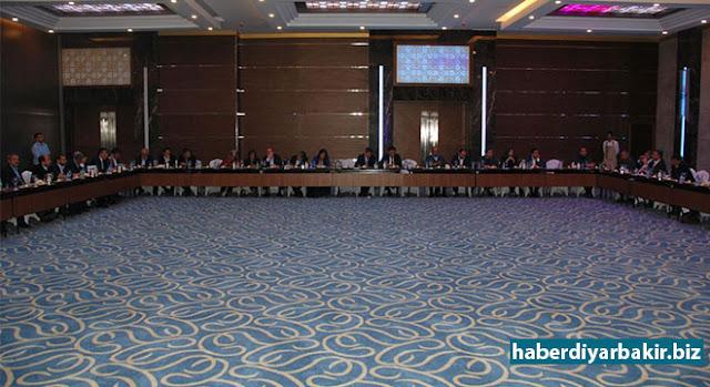 DIYARBEKIR-Alîkarê Wezîrê Yekitiya Ewrûpayê Alî Şahînê ku ji bo hinek ziyaretan hat Diyarbekirê bi rîspî û nûnerên Saziyên Civakê yên Siwîl (STK) re hat cemhev.