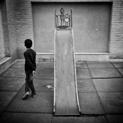 "Foto por Ako Salemi - Afghan boy at a school for orphans in Tehran - serie ""Tehran City of Hope and Despair"" 