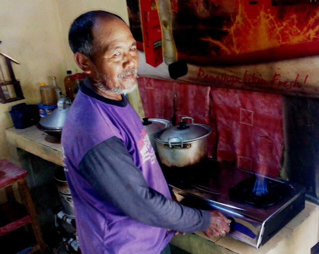 Warga Tepian Hutan Papandayan Kini Bisa Menikmati Biogas