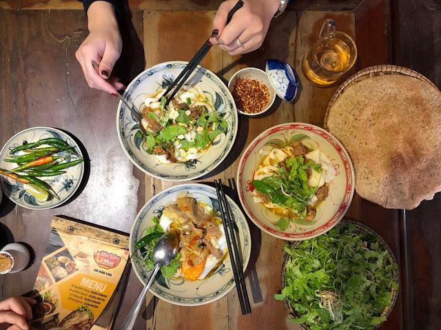 Mì Quảng là đặc sản của Quảng Nam nói chung và Hội An nói riêng. Nguyên liệu của món ăn này gồm mì gạo, tôm, thịt lợn và thịt gà. Ngoài ra, người ta còn dùng kèm bánh tráng nướng, rau sống và một ít nước dùng. Nếu chưa bao giờ thưởng thức, bạn nên gọi một bát thập cẩm đặc biệt để cảm nhận trọn vẹn vị đậm đà trong từng con tôm, miếng thịt ba chỉ.