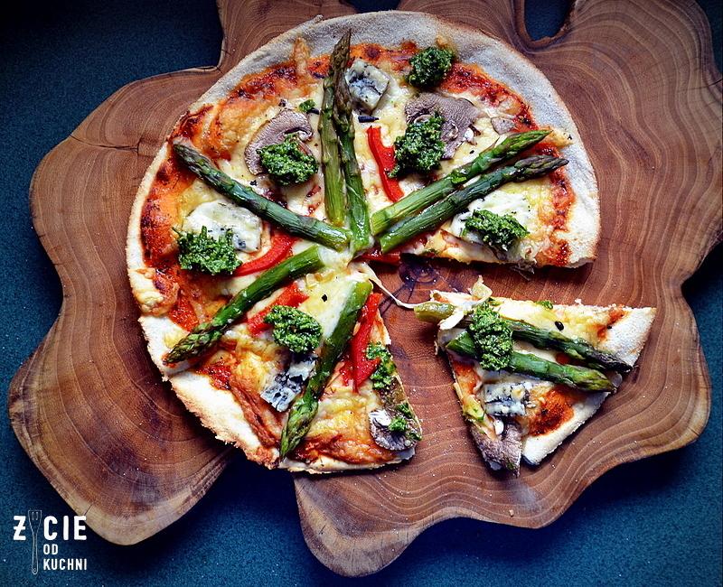 szparagi, pizza ze szparagami, przepisy ze szparagami, czerwiec, sezonowa kuchnia, przepisy sezonowe czerwiec, truskawki, szparagi,bob, wiosenne przepisy, zycie od kuchni, hulali po polu i pili kakao