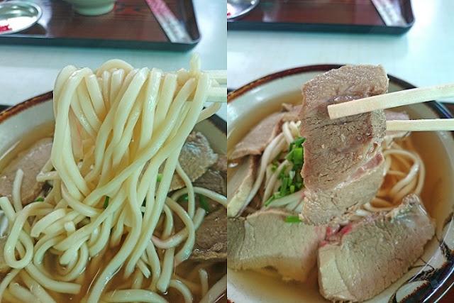 肉そばの麺と豚ロース肉の写真