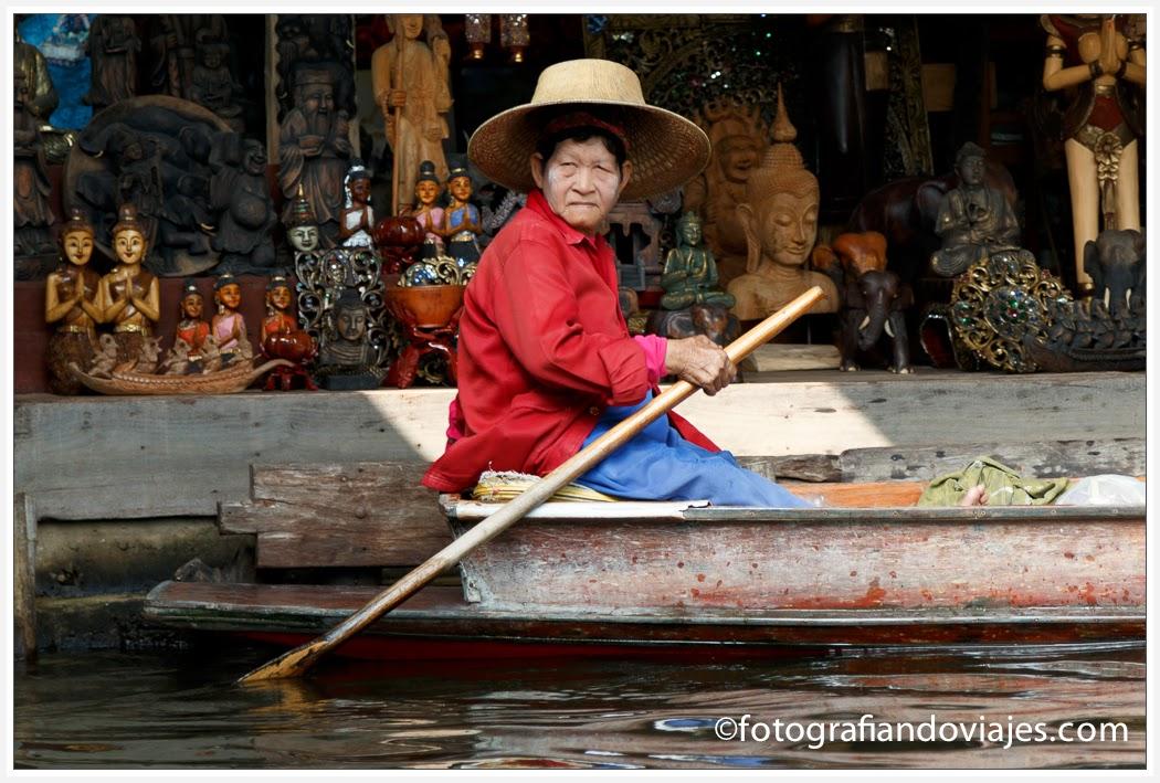 Mercado flotante de Damoensaduak cerca de Bangkok en Tailandia