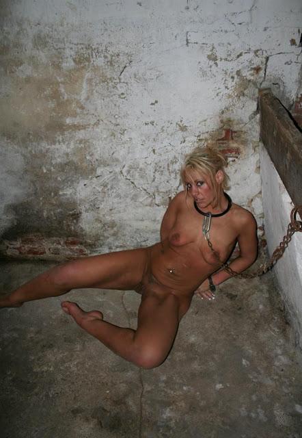 blanche, blonde, nue , soumise, chaines, colliers, humiliation, à poil