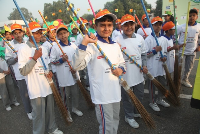Students at the PHD Chamber Swachh Paryavaran Rally-