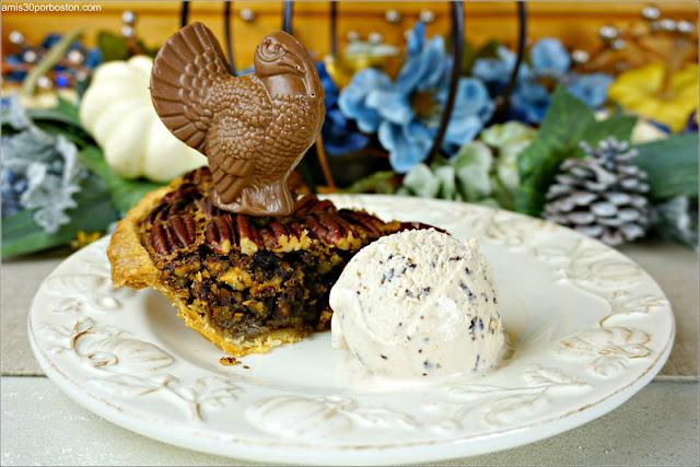 Porción de la Chocolate Bourbon Pecan Pie con Helado de Avellana y Pavo de Chocolate