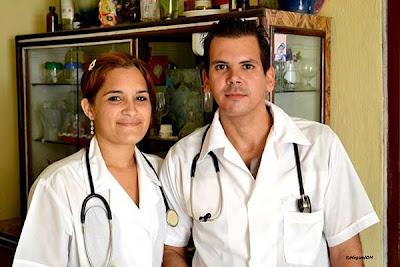 Jose con Lisandra, su amiga y compañera de estudios, quien también terminó el tercer año.