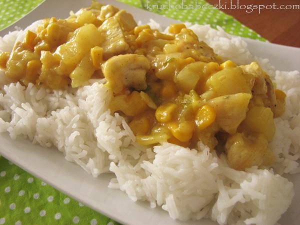 Kurczak z ryżem, ananasem, kukurydzą i curry