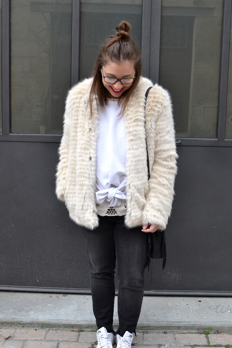 sweat noeud blanc Missguided, fausse fourrure Pimkie, jean  noir Mango, Stan smith, top dentelle H&M, sac Maje