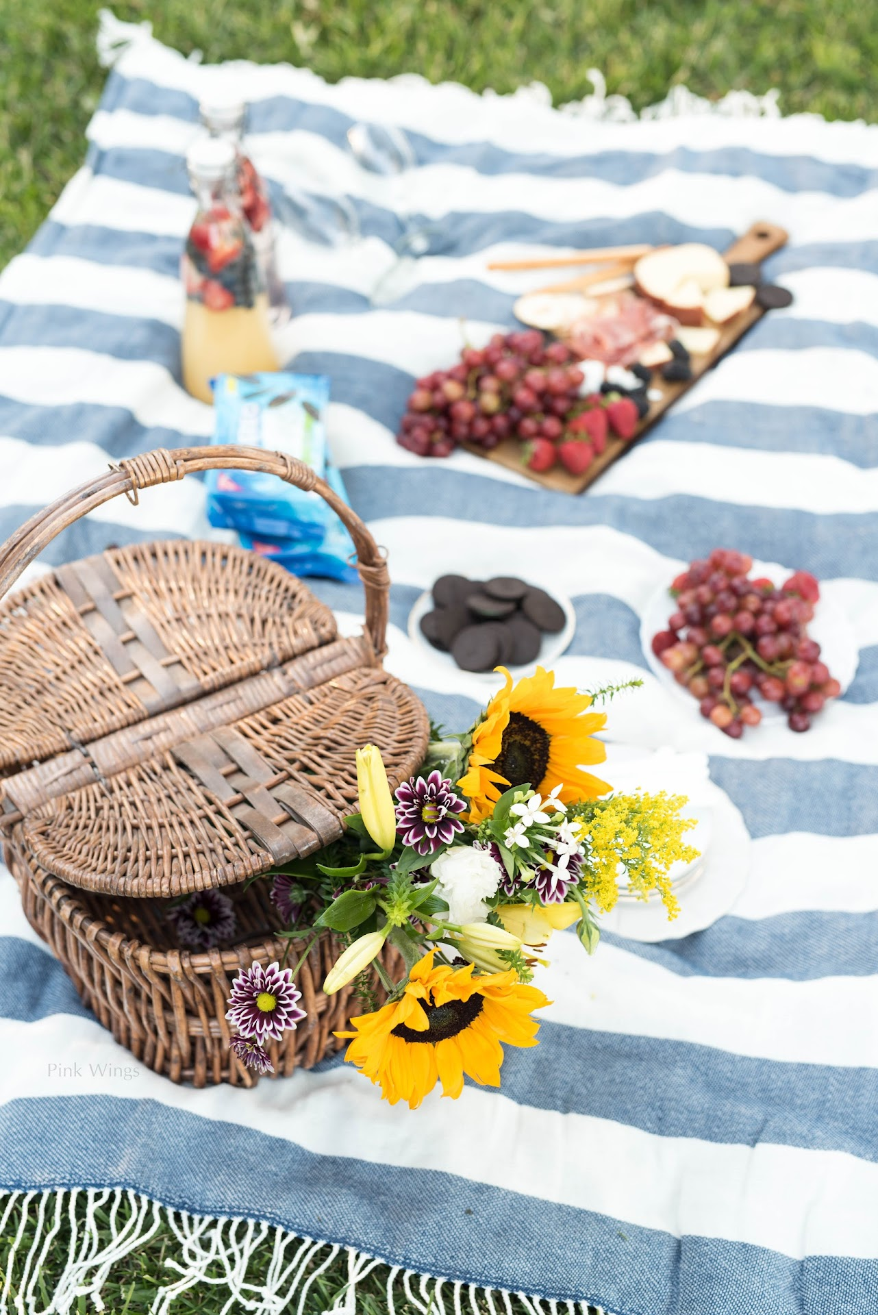 romantic picnic, picnic for two, how to throw the perfect picnic, picnic ideas, where to buy a picnic basket, tips for picnics, picnic blanket, picnic food ideas, picnic dessert, sunflowers, picnic flowers