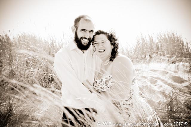 portrait mariés dans les dunes en sépia joie bonheur complicité