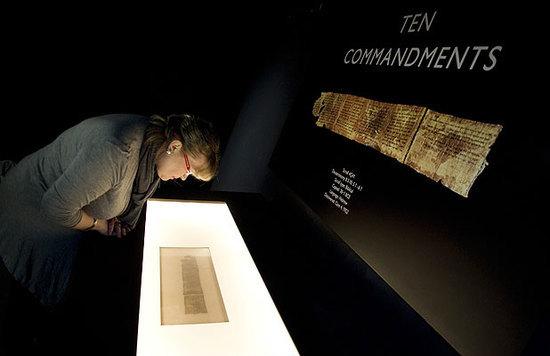 Mujer observa manuscrito de Los Diez Mandamientos en museo de Nueva York