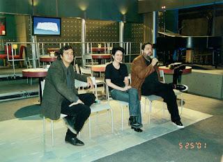 """José Alvarenga Jr, Fernanda Young e Alexandre Machado durante coletiva da série da TV Globo """"Os Normais"""", em 2001 — Foto: Acervo TV Globo"""